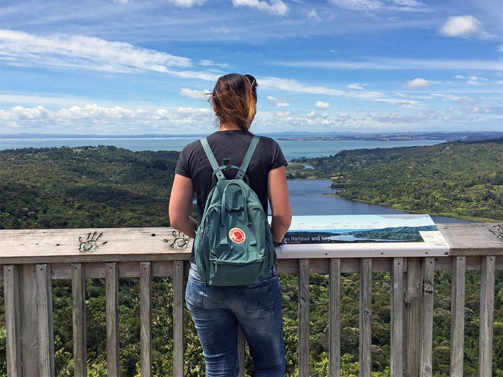 Uitzicht over de Waitakere Ranges en Auckland in de verte